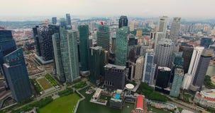 Luchtlengte van de wolkenkrabbers van Singapore met Stadshorizon Hommelvideo in 4K stock videobeelden