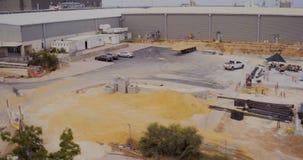 Luchtlengte van een grote bouwwerf stock video