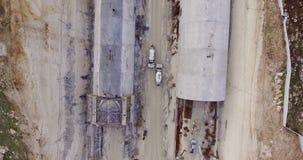 Luchtlengte van een grote wegbouwwerf stock videobeelden