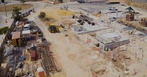 Luchtlengte van een industriële complexe bouwwerf stock footage