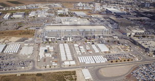 Luchtlengte van grote industriële complex stock video