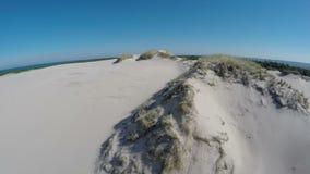 Luchtlengte van het Nationale Park van Slowinski in Polen - maaiende duinen stock video
