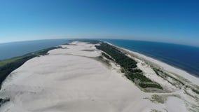 Luchtlengte van het Nationale Park van Slowinski in Polen - maaiende duinen stock videobeelden