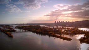 Luchtlengte van Montreal en Jacques-Cartier brugstad in Quebec, Canada stock video