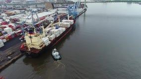 Luchtlengte van Sleepboot Bijwonend Vrachtschip op de Rivier van Delaware Stock Fotografie
