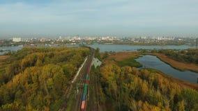 Luchtlengte van spoorweg en goederentrein stock footage