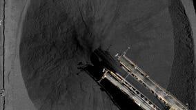 Luchtlengte van steenkoolvoorraden en de kraan van de steenkooltransportband stock video