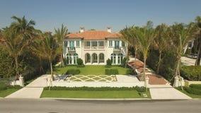 Luchtlengte Vliegend boven Palm Beach, luxeplaats voor het leven en vakantie stock footage