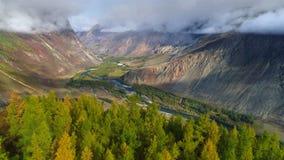Luchtlengte vlucht over van vallei, bergen en rivier canion in Altai stock videobeelden