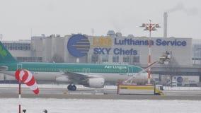 Luchtlingus die taxi op sneeuwluchthaven doen stock video