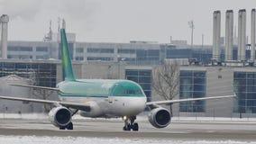 Luchtlingus die taxi op sneeuwluchthaven doen stock footage