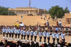 Luchtmachtmilitairen die voor publiek bij Woestijnfestival presteren in J Stock Foto's