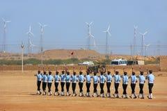 Luchtmachtmilitairen die voor publiek bij Woestijnfestival presteren in J Stock Foto