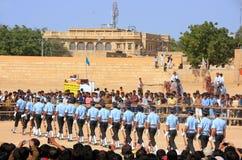 Luchtmachtmilitairen die voor publiek bij Woestijnfestival presteren in J Royalty-vrije Stock Foto's