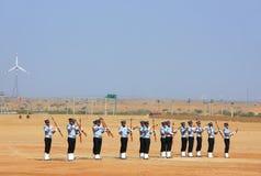 Luchtmachtmilitairen die voor publiek bij Woestijnfestival presteren in J Stock Afbeelding