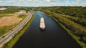 Luchtmening: Aak op de rivier