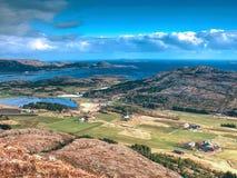 Luchtmening aan baai met de visserij van dorp Distinctief Skandinavisch landschap stock afbeeldingen