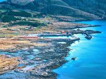 Luchtmening aan baai met de visserij van dorp Distinctief Skandinavisch landschap stock foto's