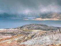 Luchtmening aan baai met de visserij van dorp Distinctief Skandinavisch landschap royalty-vrije stock foto