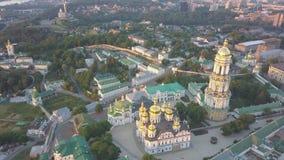 Luchtmening aan de kerken van Kiev Pechersk Lavra op heuvels, Kyiv stock video