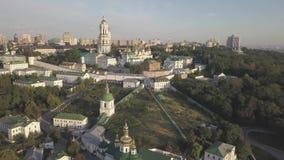 Luchtmening aan de kerken van Kiev Pechersk Lavra op heuvels, Kyiv stock footage