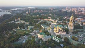 Luchtmening aan de kerken van Kiev Pechersk Lavra op heuvels, Kyiv stock videobeelden