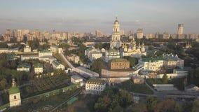 Luchtmening aan de kerken van Kiev Pechersk Lavra op hillsб? Kyiv stock footage