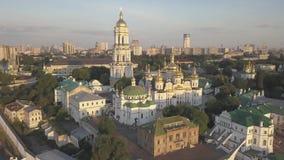 Luchtmening aan de kerken van Kiev Pechersk Lavra op hillsб? Kyiv stock videobeelden