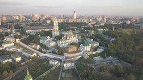 Luchtmening aan de kerken van Kiev Pechersk Lavra op hillsб? Kyiv stock video