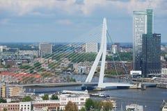 Luchtmening aan Erasmus brug en de stad van Rotterdam, Nederland Stock Foto's