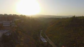 Luchtmening aan heuvelig terrein en mooie landschappen van hoofdstad van Armenië stock videobeelden
