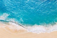 Luchtmening aan tropisch zandig strand en blauwe oceaan royalty-vrije stock afbeeldingen