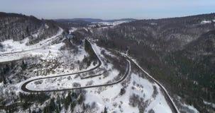 Luchtmening: Aardlandschap De sneeuw van de wegreis in de winter Weg door de pas stock video