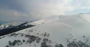 Luchtmening: Bergen over de Karpaten, Beutifull-de winter, het ski?en toevlucht, Pilipets, de Oekraïne stock footage