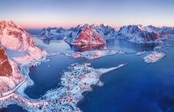 Luchtmening bij de Lofoten-eilanden, Noorwegen Bergen en overzees tijdens zonsondergang stock foto's