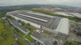 Luchtmening bij de oude fabrieksbouw De oude glas-blazende fabrieksmening van de hemel De luchtbouw van de baksteenfabriek stock video