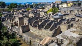 Luchtmening bij ruïnes van Herculanum die door vulkanisch stof na de uitbarsting van de Vesuvius, Herculanum Italië werd behandel stock afbeelding