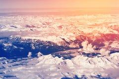 Luchtmening boven de sneeuwbergen van Alpen Stock Fotografie
