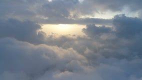 Luchtmening boven de wolken stock videobeelden