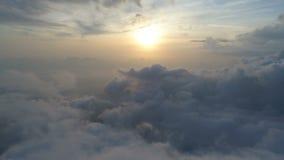 Luchtmening boven de wolken stock footage