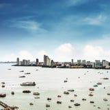 Luchtmening cityspace van Pattaya-stad in Thailand met overzees, baai en vele schepen Stock Afbeeldingen
