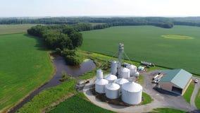 Luchtmening die over Graan en Sojaboongebieden en Landbouwbedrijven Smyrna Delaware vliegen stock videobeelden