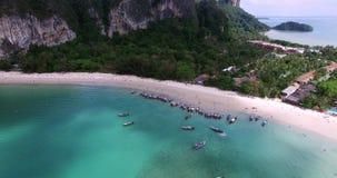 Luchtmening die over Thais eiland naar mooie groene bergen en wit zandig strand vliegen Krabieiland, Thailand stock videobeelden