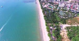 Luchtmening die over Thais eiland naar mooie groene bergen en wit zandig strand vliegen Krabieiland, Thailand stock footage
