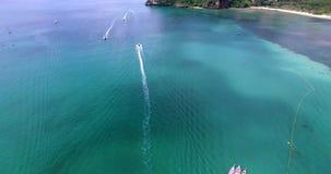Luchtmening die over tropische lagune met longtailboten vliegen naar mooie groene bergen op Krabi stock footage