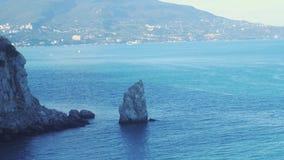 Luchtmening die over verbazend strand en mooie bergen in slwomotie vliegen 3840x2160 stock videobeelden