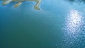 Luchtmening die van de mens zich op zandduin bevinden, minimale fotografie st stock afbeelding