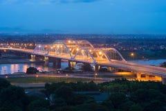 Luchtmening die van Dong Tru-brug Rode Rivier kruisen bij schemering in Hanoi, Vietnam Stock Afbeeldingen