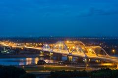 Luchtmening die van Dong Tru-brug Rode Rivier kruisen bij schemering in Hanoi, Vietnam Royalty-vrije Stock Afbeeldingen