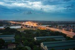Luchtmening die van Dong Tru-brug Rode Rivier kruisen bij schemering in Hanoi, Vietnam Royalty-vrije Stock Foto's